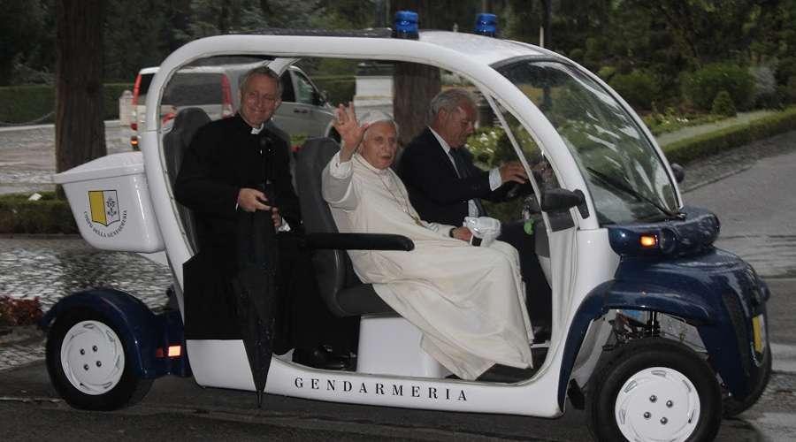 BenedictoXVIconMonsGanswein_2015_DiocesisFaenzaModigliana